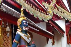 Des statues géantes ont été placées à de divers points dans le temple photos stock