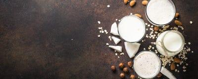 Des strengen Vegetariers alternative Milch nicht Molkerei, Nüsse und Draufsicht der Hafermilch stockfotografie