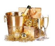 Des Sylvesterabends Champagne und Geschenke lizenzfreie stockfotografie