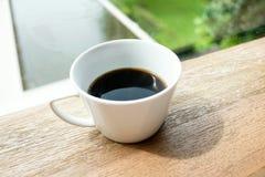 Des Tasse Kaffees Fenster fast unter Sonnenaufganglicht mit Gartenansicht Stockbild