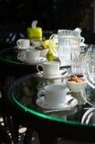 Des tasses de thé sur la table Image stock