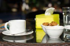 Des tasses de thé sur la table Photos libres de droits