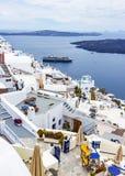 Des terrasses des hôtels vous avez un point de vue gentil des bateaux de croisière qui s'accouplent chez Fira, Santorini, Grèce images libres de droits