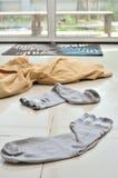 Des tissus de désordre ont été laissés devant la porte image stock