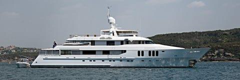 Des 90 tonnes plus, yacht superbe de croisière de luxe de moteur à l'ancre dans Sy photographie stock