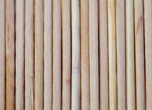 Des toothpicks en bois sont présentés Photos stock