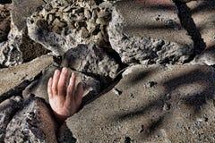 Des toten Mannes teilen vom Beton nach Erdbeben aus stockbild