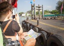 Des touristes de croisière sont habitués pour tracer la rivière Image stock
