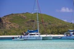 Des touristes sont transportés en le petit bateau d'un catamaran sur l'île de Gabrielle le 24 avril 2012 en Îles Maurice Image libre de droits