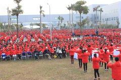 Des travailleurs dansant dans l'usine, ils assistent à un événement d'usine image libre de droits