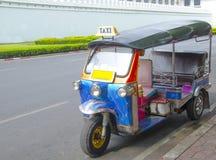 Des trois ont roulé le taxi de tuk de tuk sur une rue à Bangkok Photographie stock