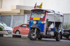 Des trois ont roulé le taxi sur une rue dans la capitale thaïlandaise Photographie stock