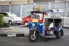 Des trois ont roulé le taxi sur une rue dans la capitale thaïlandaise Photographie stock libre de droits
