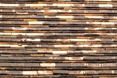 Des tuiles de terre cuite sont utilisées pour protéger la lumière et la pluie image libre de droits