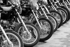 Des vélos dans une ligne - attrapez la ligne de moto à la protestation