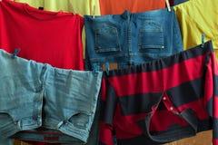 Des vêtements multicolores sont séchés sur une corde Images libres de droits