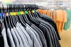 Des vêtements ont été accrochés par sa taille et ecran couleur photos libres de droits