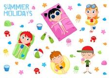 Des vacances d'été - autocollant adorable réglé - les enfants et la plage font la fête des éléments Photo libre de droits