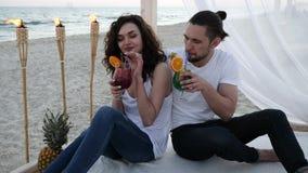 Des vacances d'été romantiques pour des amants type et fille, les tropiques, ajouter aux cocktails ont l'amusement au pavillon de banque de vidéos