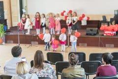 Des vacances d'enfants dans le jardin d'enfants Discours des enfants dans le jardin d'enfants dans le hall sur l'étape Photos libres de droits
