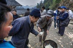Des vacances rurales en Chine, les invités ont distribué le riz bouilli Photos libres de droits