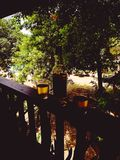 Des vacances sont complètes avec une vue et un vin photo stock