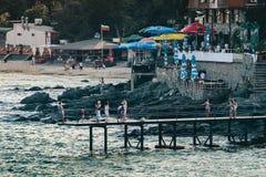 Des vacances sont photographiées contre le contexte de la mer Images stock