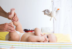 Des Vaters Sorgfalt leicht des Babys Stockbilder