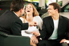 Des ventes de véhicule - introduisez être donné aux couples Images libres de droits
