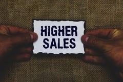 Des ventes plus élevées des textes d'écriture Le concept signifiant les produits et services vendus moyens d'une société a élevé  photos stock