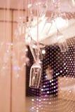 Des verres de Champagne sont accrochés vers le bas sur un ruban de satin Idées de mariage images libres de droits