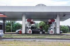 des voitures sont réapprovisionnées en combustible avec l'essence photo stock