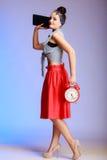 Des in voller Länge sexy Frau Pin-up-Girl mit der Uhr, die auf ein Datum geht. Stockfoto