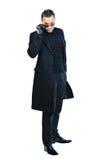 Sexy Mann im schwarzen Mantel lokalisiert auf Weiß stockbilder