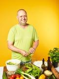 Des von mittlerem Alter frischer Salat Mannkochs Lizenzfreies Stockbild