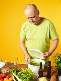 Des von mittlerem Alter frischer Salat Mannkochs Stockbild