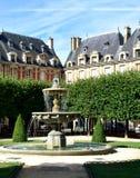 DES VOSGES, la place la plus ancienne d'endroit ? Paris Secteur de Le Marais Paris, France photographie stock libre de droits