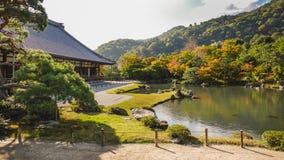 Des voyageurs sont captivés des vues renversantes au début de l'automne Tombeau de Tenryuji image libre de droits