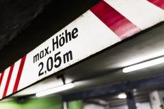 Des Warnzeichen-Maximums des Parkhauses Höhe Lizenzfreie Stockfotos
