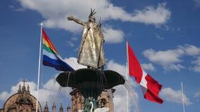 Des Wasserbrunnens Manco Capac goldene Statue in Cusco, Peru stock footage