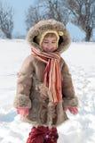 Des Winters Portrait des kleinen Mädchens draußen Stockfotografie