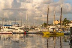 Des yachts sont ancrés le long des plate-formes à Key West images stock