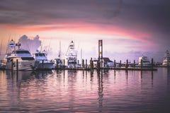Des yachts sont ancrés le long des plate-formes à Key West photographie stock libre de droits