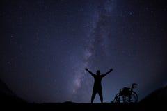Desabilite a esperança do homem para a liberdade no skyscape da noite fotos de stock