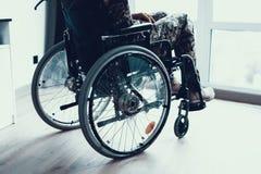Desabilitou no uniforme militar na cadeira de rodas foto de stock