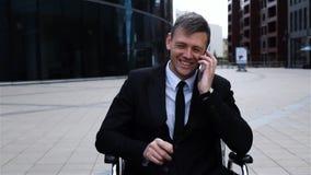 Desabilitou o homem de negócios inválido que fala pelo smartphone video estoque