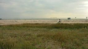 Desabilitou passeios em uma cadeira de rodas ao longo da praia video estoque