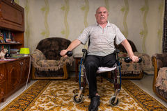 Desabilitou pesos de levantamento do homem superior em casa Foto de Stock