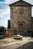 Desacredkerk met goed in Toscanië royalty-vrije stock foto's