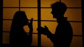Desacuerdo entre dos personas lazos Silueta Cierre para arriba almacen de metraje de vídeo